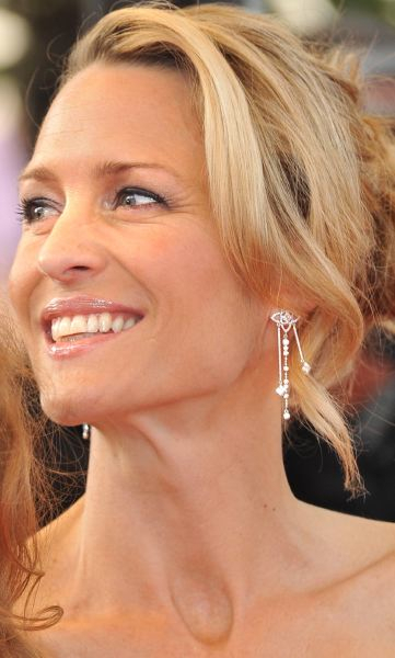 robin-wright-penn-cannes-09-louis-vuitton-earrings-les-ardennes-1